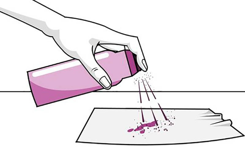 استفاده از اسپری مو برای پاک کردن لاک از روی لباس